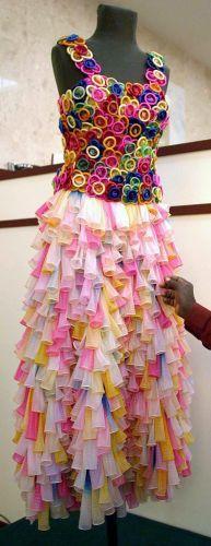 Derde staan die bruid wat besluit het balonne is wat sy wil dra. die